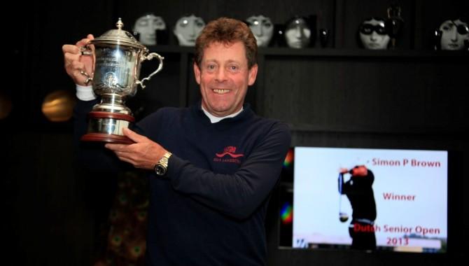 Simon P. Brown (-3) vencedor del Senior Open de Holanda, con el torneo disputado en dos rondas, debido a las fuertes lluvias