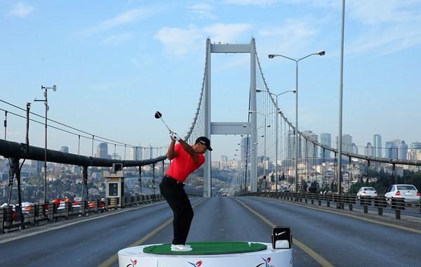 El driver más largo de Tiger Woods: golpeó la bola en Europa, atravesó el Bósforo y llegó a Asia