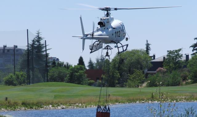 El lago de un campo de golf sirve, una vez más, para ayudar en la extinción de un incendio en Madrid