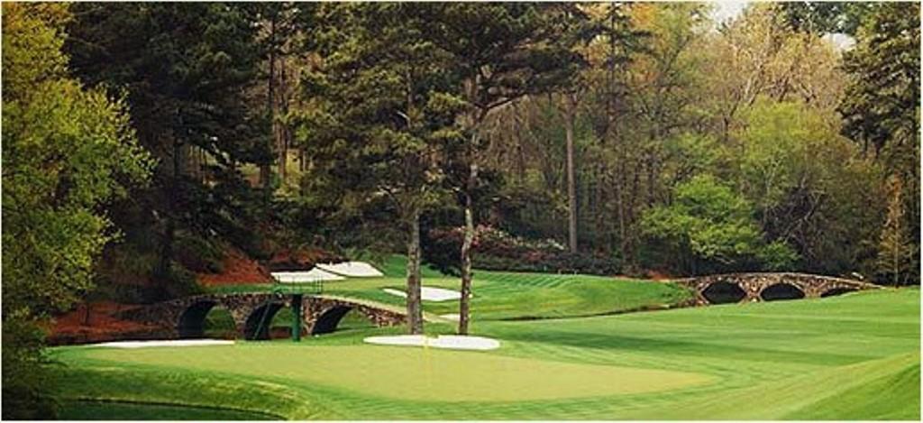 Club de golf con fondo rocoso