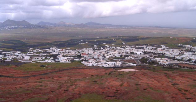 La imagen tiene un atributo ALT vacío; su nombre de archivo es Panorama_Teguise_nublado-1.jpg