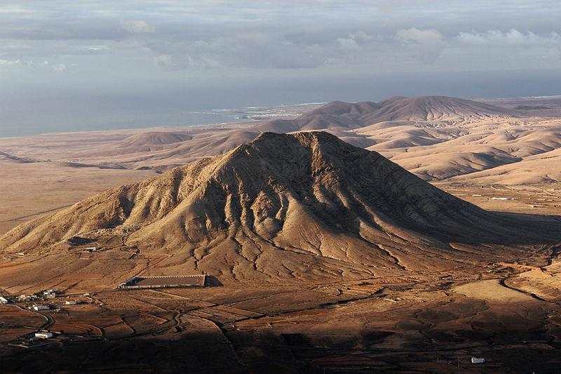 La imagen tiene un atributo ALT vacío; su nombre de archivo es Tindaya_Fuerteventura_2013_A.jpg